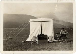 Raziskovalec ob šotoru