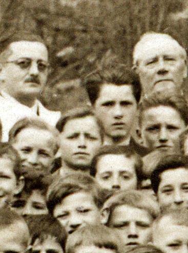 Zgoraj levo zdravnik Mejač, zgoraj desno Franc Škrbec (Lož), med njima Jože Mlakar--Kolajev (Lož), levo pod zdravnikom (lasje nazaj, nasmešek) Viktor Avsec--Zgoranji (Knežja Njiva), desno (pod Škrbcem) Ivan Kandare--Malnarjev (Dane), sredina levo (le temni skodrani lasje in oči) Franc Ule (Lož), nasledni (Malce škili) Stane Turk (Knežja Njiva), desno nad slednjim (resen obraz, lasje, oči, nos) Alojz Ovsec (Knežja Njiva)