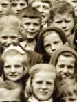Spodaj desno je pokrita Ana Petrič, Okoliševa iz Vrhnike, poročena Kraševec; nad njo je pokrita Ivana (Julijana) Porok, Vrhnika, poročena Petrič; nad Ivano je  Bernard Kraševec (Stari trg),; levo zgoraj (lasje na prečko in visoki paž, na konceh malce skodrani) Kristina Srpan (Nadlesk); tik za njo Slavko Brglez.