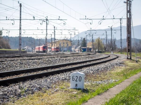 Kilometrski kamen na zahodni strani postaje Rakek, datum: 10. 4. 2015, foto: Miloš Toni